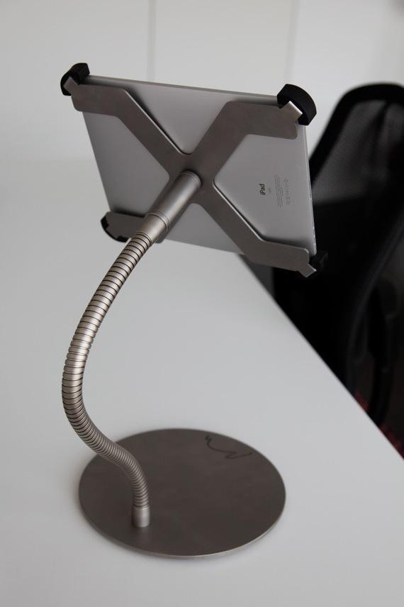 Der iPad Ständer ist aus eloxiertem Edelstahl