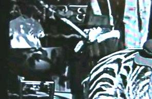 Hat der Mann im Chaplin Film von 1928 ein Handy am Ohr?
