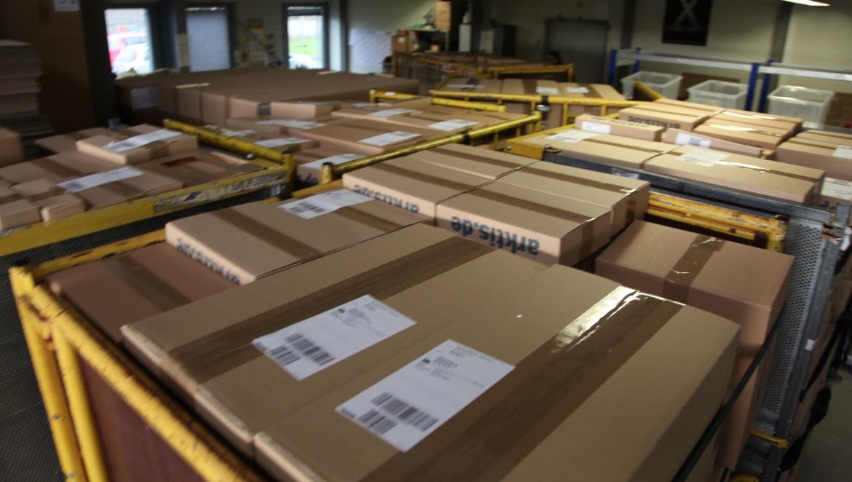 In 3 Schichten packen wir derzeit täglich tausende Pakete...
