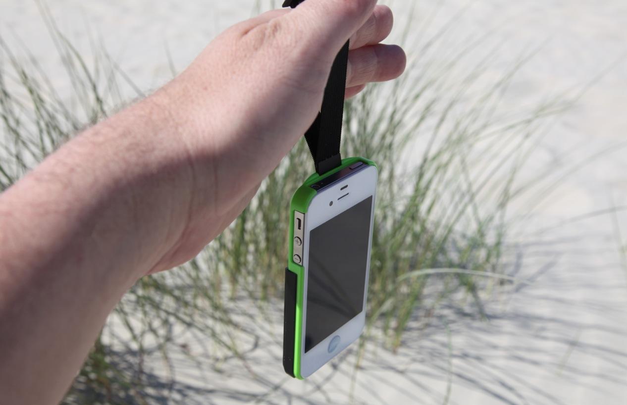 Das iPhone sicher an der Schlaufe in der Hand