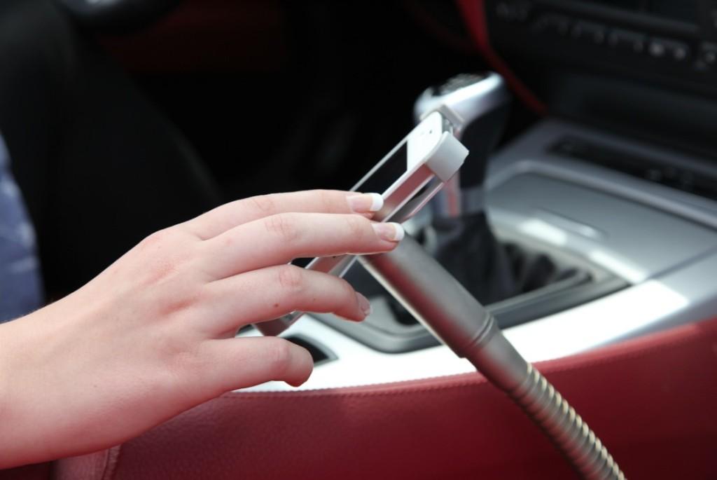 Sicher und direkt in Griffnähe des Fahrers, der Sir James car für iPhone