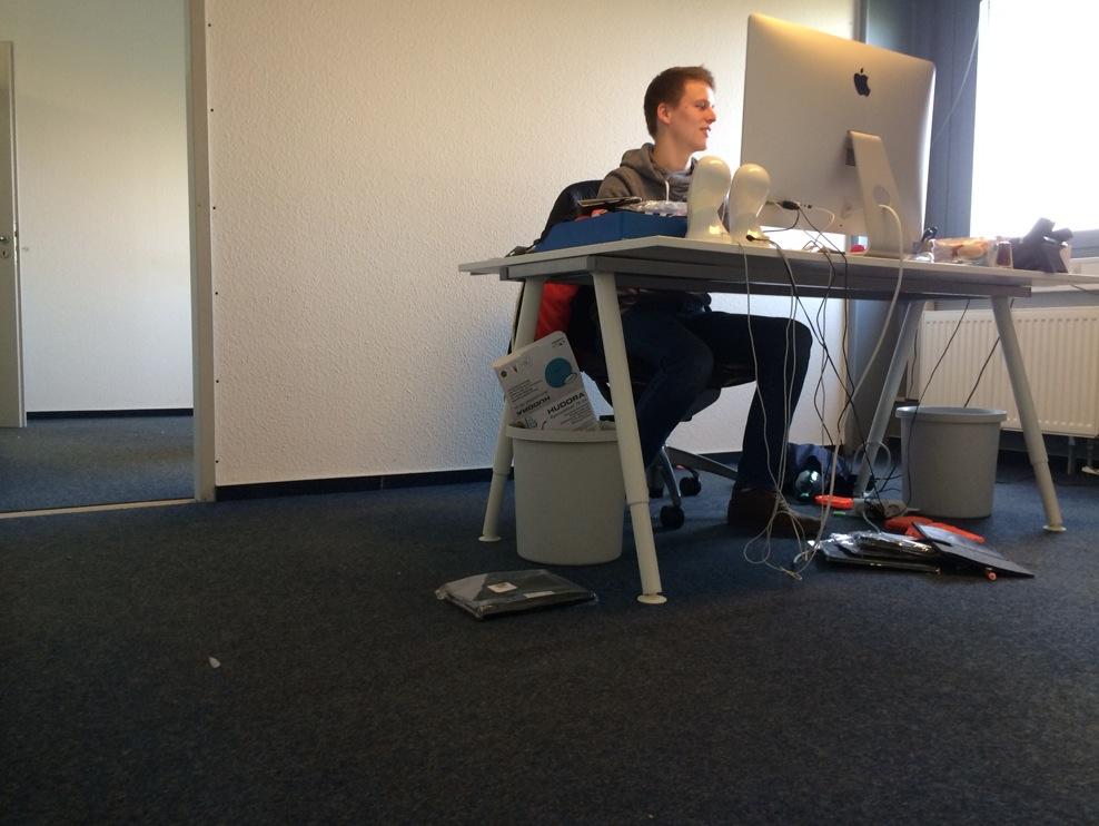Einsam hält Michael noch die Stellung in seinem Büro