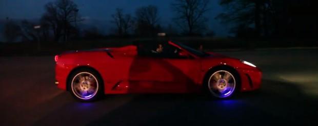 Schon prollig: Fahrrad LED Ventilkappen am Ferrari ;-)