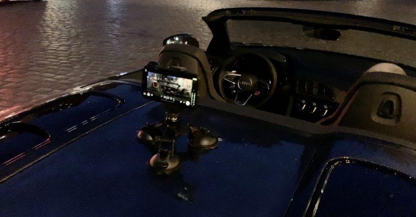 iPhone mit Saugnapfhalterung am Auto befestigt