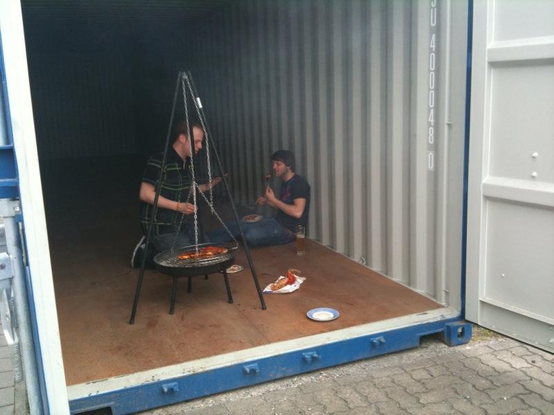 Azubi Tobi und Dirk im Container