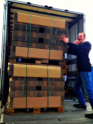 Unser Mitarbeiter Bernd zeigt sich (noch) hocherfreut über die Lieferung der beliebten kleinen Päckchen!