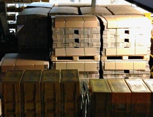 Türme von Paketen stapeln sich im Lager und freuen sich, zu Ihnen verschickt zu werden!