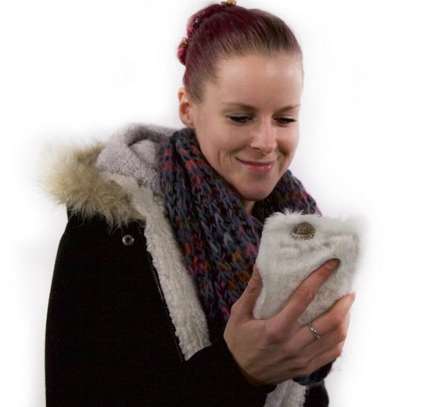 Die PLÜSCHI Fellhülle hält dein iPhone warm – und ist zugleich ein wahrer Handcharmeur!