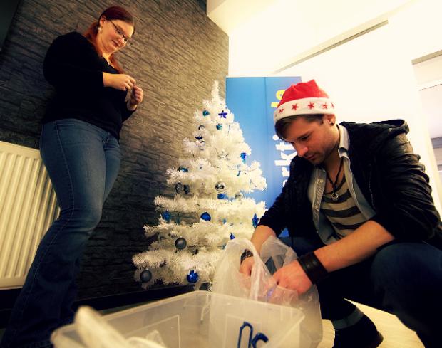 Alexandra und Jens schmücken den schneeweißen Weihnachtsbaum auf der Arktis ;)