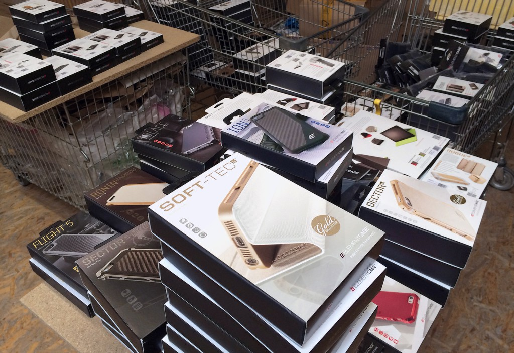 Blick in den arktis.de Wareneingang: Element Case Hüllen warten auf ihre Einlagerung