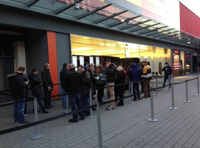 Minischlange vor dem Apple Store Frankfurt (Foto von FichtMedia)