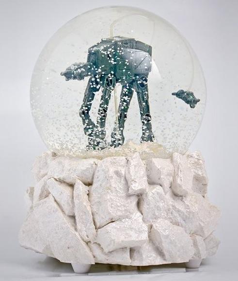 Gadget für Star Wars Fans, die AT-AT Schneekugel