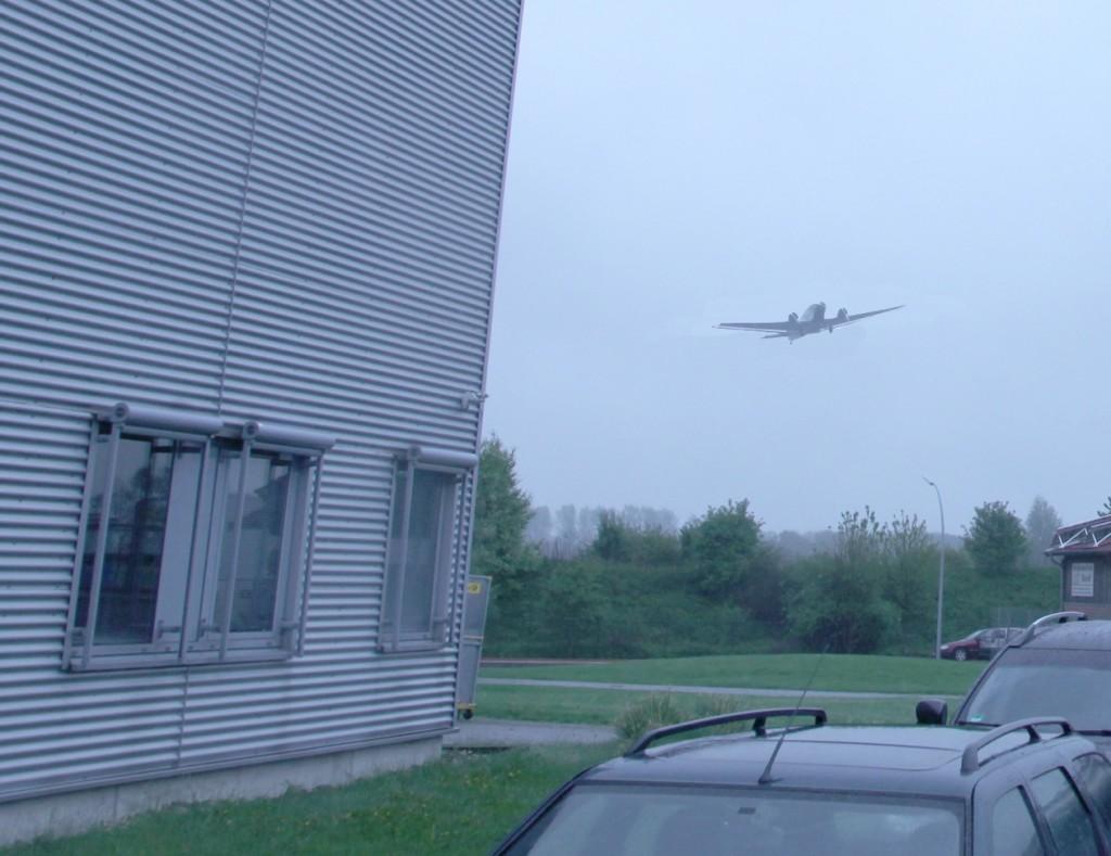 Eine alte JU-52 im Anflug auf arktis.de